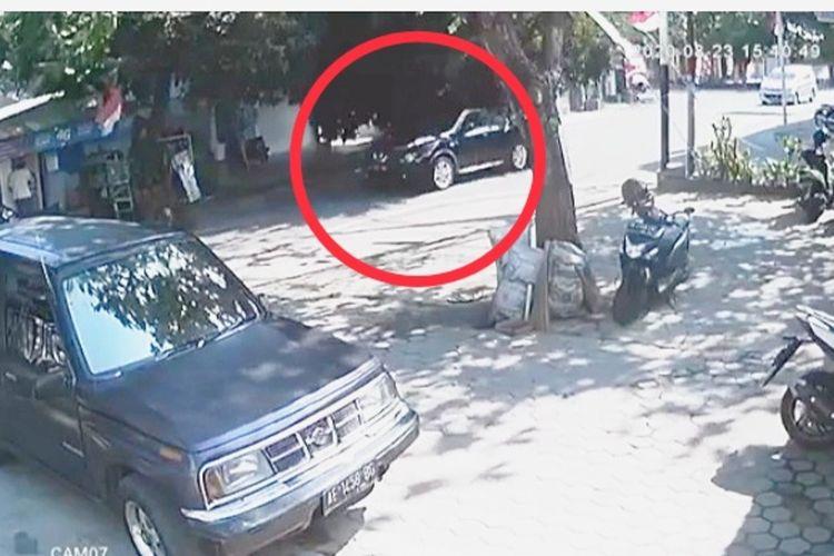 tangkapan layar video detik detik pohon Tumbang hampir mengenai mobil melintas