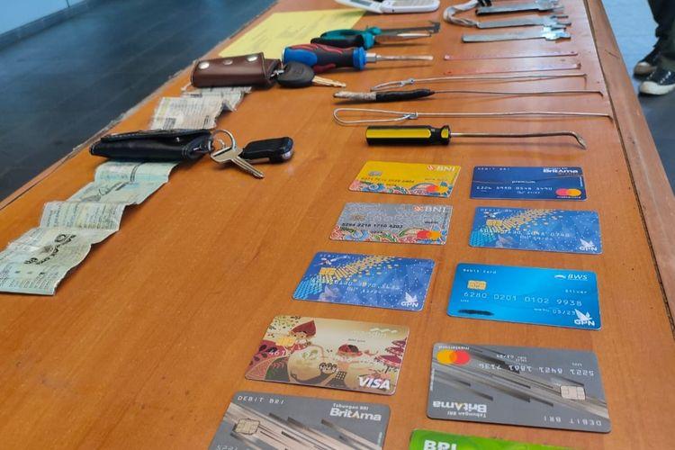 Barang bukti berupa sejumlah kartu ATM yang disita jajaran Polres Metro Bekasi Kota dari tangan empat pembobol ATM dengan modus ganjal, Senin (27/1/2020).