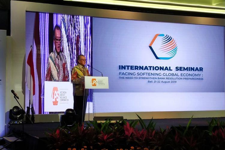 Ketua Dewan Komisioner LPS Halim Alamsyah menyampaikan sambutan dalam pembukaan seminar internasional bertajuk Facing Softening Global Economy: The Need to Strengthen Bank Resolution Preparedness yang digelar oleh LPS di Nusa Dua, Bali, (21/82019).