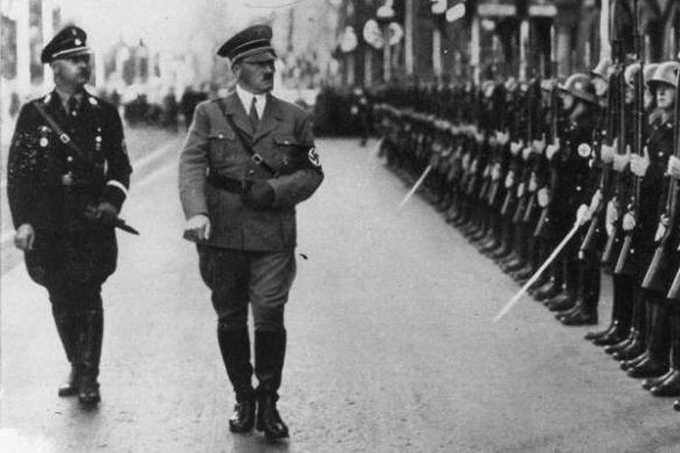 Pemimpin Nazi, Adolf Hitler sedang memeriksa pasukan elite SS didampingi orang kepercayaannya sekaligus pemimpin SS, Heinrich Himmler.