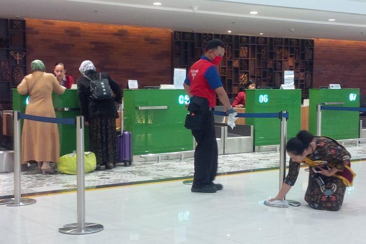 Petugas membersihkan fasilitas Bandara Adi Soemarmo Solo, Jawa Tengah sebagai antisipasi pencegahan penyebaran Covid-19, Jumat (13/3/2020).