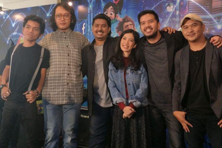 Payung Teduh dalam jumpa pers peluncuran lagu Sebuah Lagu yang terinspirasi dari film Ralph Breaks the Internet: Ereck-It-Ralph 2 di kawasan Thamrin, Jakarta Pusat, Kamis (15/11/2018).