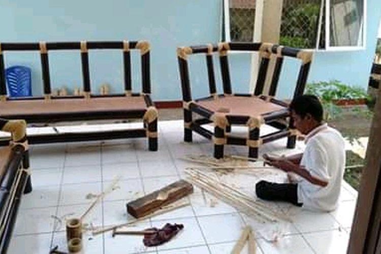Foto : Perabot rumah tangga dari bambu, hasil produksi Bumdes Teguh Mandiri, Desa Nelle, Kecamatan Nelle, Kabupaten Sikka, NTT.