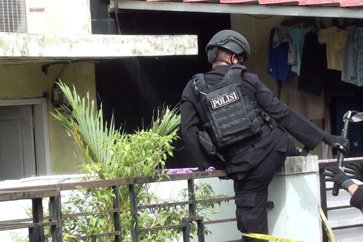 Tim Gegana Brimob Polda Sulsel melakukan penyisiran pasca penangkapan terduga teroris oleh Densus 88 Anti Teror di Gowa, Sulawesi Selatan. Kamis, (7/1/2021).