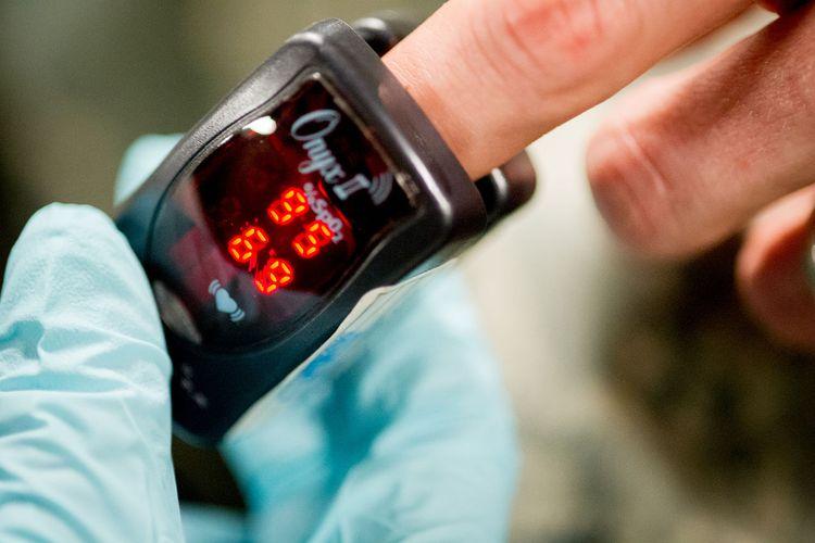Ilustrasi pulse oximeter, alat pengukur kadar oksigen. Sejak ditemukan insinyur Jepang, perangkat medis ini telah menyelamatkan banyak nyawa, termasuk pasien corona di masa pandemi Covid-19 saat ini.