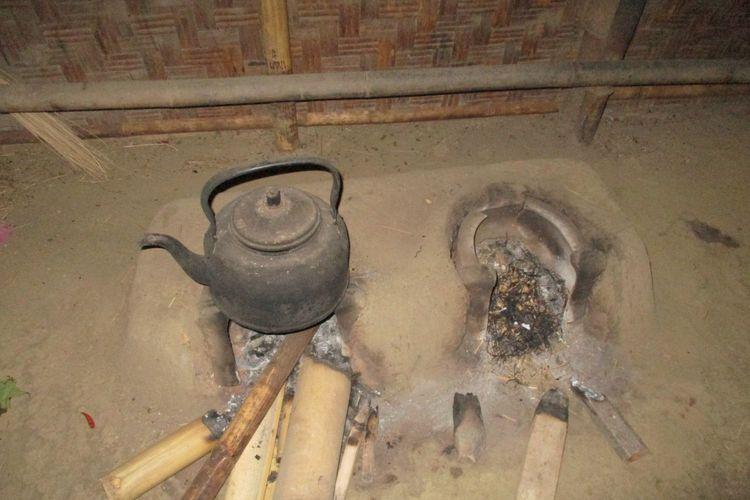 warga masih menggunakan tungku untuk memasak
