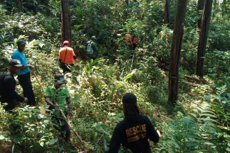 Tim SAR gabungan mencari orang hilang di kawasan hutan Grumbul Karangnangka, Desa Jingkang, Kecamatan Ajibarang, Kabupaten Banyumas, Jawa Tengah.
