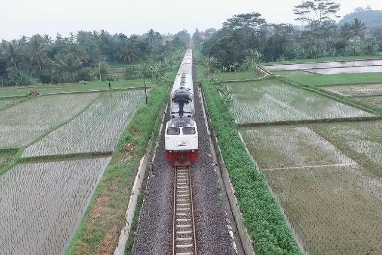 Sejumlah literatur mencatat jumlah perkebunan meningkat di Priangan setelah kereta api hadir sebagai moda transportasi tepat pada masa peralihan dari era Cultuurstelsel atau tanam paksa ke era Undang-Undang Agraria