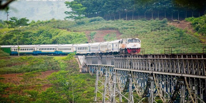 Argo Parahyangan, kereta yang siap mengantarkan masyarakat yang ingin bepergian dari Bandung ke Jakarta dan sebaliknya.