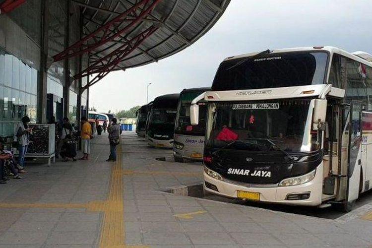 Ilustrasi bus AKAP di sebuah terminal