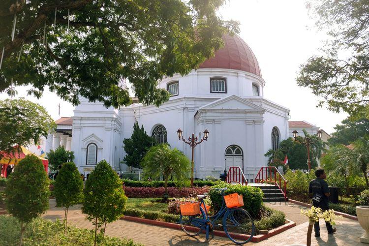 Bersantai di Taman Srigunting dengan Latar Gereja Blenduk
