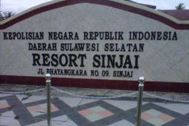 Aparat Kepolisian di Kabupaten Sinjai, Sulawesi Selatan tengah menyelidiki kecelakaan lalulintas yang melibatkan sebuah mobil pickup yang menyeruduk rumah dan melukai lima korbannya. Sabtu, (02/11/2013).