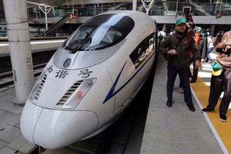 Karyawan PT KAI melihat China Railway High-Speed atau Bullet Train (Kereta Peluru) di Stasiun Tianjin di Distrik Hedong, Hebei, China, Senin (25/3/2013). Sejak 2008, stasiun ditempati kereta berkecepatan 300 km per jam yang mampu menempuh jarak 1.500 kilometer dari Beijing ke Shanghai dalam tempo lima jam.