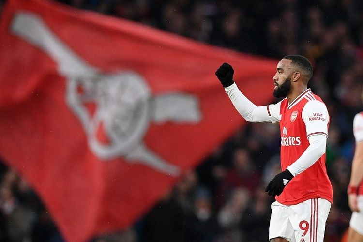 Arsenals French striker Alexandre Lacazette celebrates after scoring their first goal during the English Premier League football match between Arsenal and Southampton at the Emirates Stadium in London on November 23, 2019. (Photo by Daniel LEAL-OLIVAS / AFP) / RESTRICTED TO EDITORIAL USE. No use with unauthorized audio, video, data, fixture lists, club/league logos or live services. Online in-match use limited to 120 images. An additional 40 images may be used in extra time. No video emulation. Social media in-match use limited to 120 images. An additional 40 images may be used in extra time. No use in betting publications, games or single club/league/player publications. /