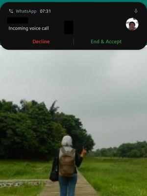 Fitur Call Waiting di WhatsApp yang menampilkan jenedla pop-up.