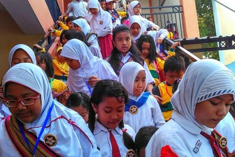 Para kakak asuh di SDN 2 Cakranegara menemani murid kelas satu, mengenali lingkungan sekolah.