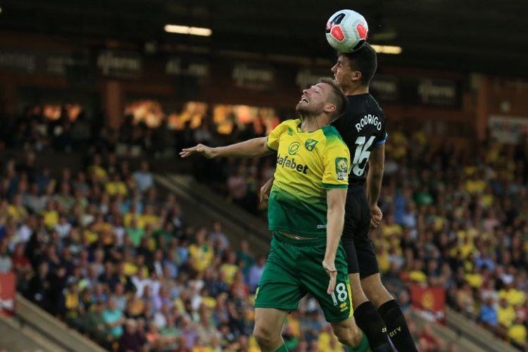 Marco Stiepermann berduel di udara dengan Rodri pada pertandingan Norwich City vs Manchester City di Stadion Carrow Road dalam lanjutan Liga Inggris, 14 September 2019.