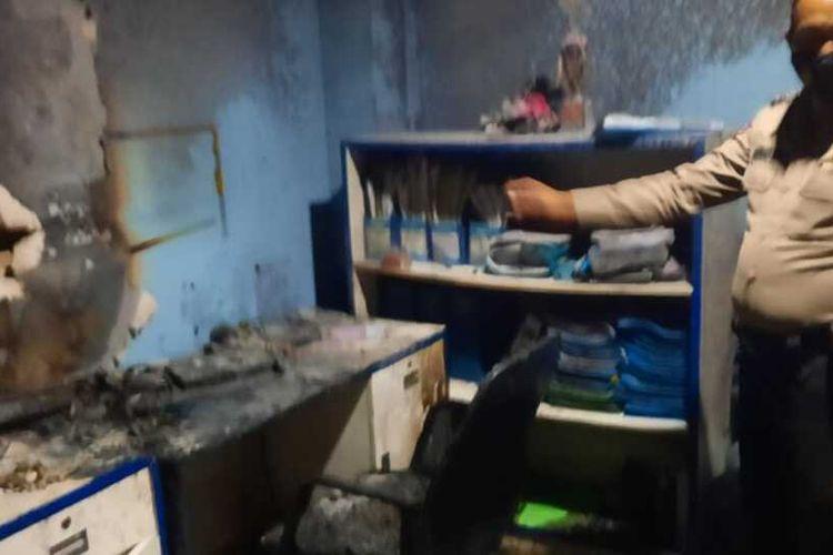 Sejumlah petugas damkar berhasil memadamkan api di rumah sakit sentra medika Cibinong Kabupaten Bogor Jawa Barat pada Rabu (27/1/2021).