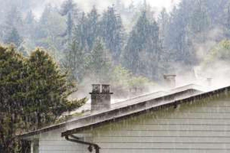 Intensitas tinggi curah hujan otomatis membuat jumlah air yang menimpa atap akan lebih banyak. Jika tidak mengalir cepat, air akan menyebabkan genangan di atap rumah.
