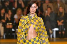 Demam Tinggi, Bella Hadid Tampil Memukau di Paris Fashion Week