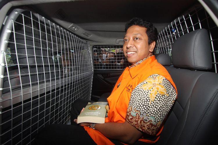 Tersangka kasus dugaan suap terkait seleksi pengisian jabatan di Kementerian Agama, Romahurmuziy berada dalam mobil tahanan seusai menjalani pemeriksaan perdana, di Gedung KPK, Jakarta, Jumat (22/3/2019). Romahurmuziy terjerat kasus dugaan jual beli Jabatan di Kementerian Agama 2018-2019. ANTARA FOTO/Reno Esnir/aww. *** Local Caption ***   ,