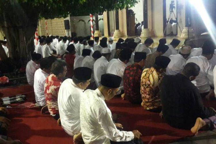 Suasana saat shalat tarawih di Komplek Makam Bung Karno, Kota Blitar, Senin (5/6/2017). Shalat tarawih itu diikuti oleh kader PDI Perjuangan dari seluruh Indonesia.