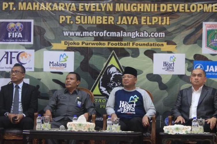 Pelatih baru Persekam Metro FC Raja Isa (kanan) dan Bupati Malang Rendra Kresna (dua dari kanan) saat konferensi pers di Pendopo Kabupaten Malang, Senin (13/2/2017)