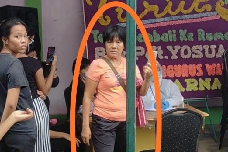Hertina Linda, seorang wanita yang kesehariannya sebagai pedagang di pasar Tradisional Toss 3000 jodoh, lagi dicari oleh Tim Gugus Tugas Perceoatan Penanganan Covid-19 Batam. Hal ini dilakukan karena Hertina Linda diduga terpapar covid-19, dimana wanita ini sempat mengambil air liur jenazah pasien corona atas nama YHG (47) yang merupakan kasus 433 Batam dan mengusapkanya kewajah dirinya sambil mengejek salah satu dokter di RSBP Batam.