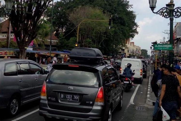 Kendaraan wisatawan memadati kawasan Jalan Malioboro, Yogyakarta, pada hari kedua Idul Fitri 1437 Hijriah, Kamis (7/7/2016).