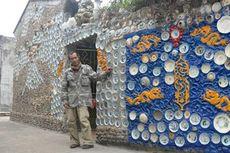 Takut Dicuri dan Dijual Keluarga, Pria Ini Tempelkan Seluruh Porselen Koleksinya ke Rumah