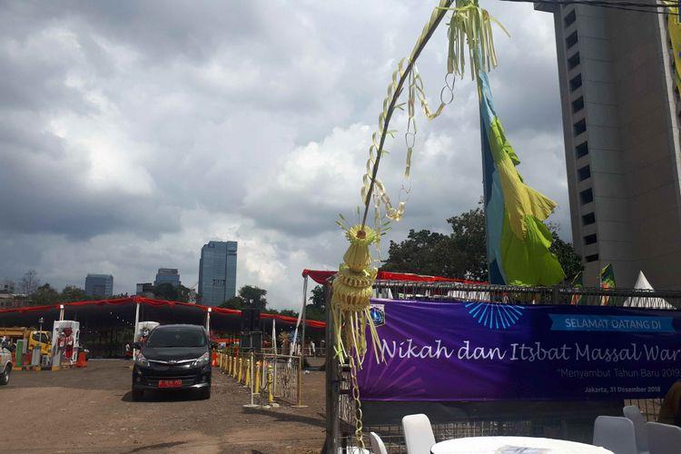 Janur kuning di kawasan nikah massal, Park and Ride, Jalan MH Thamrin 10, Jakarta Pusat pada Senin (31/12/2018) malam.