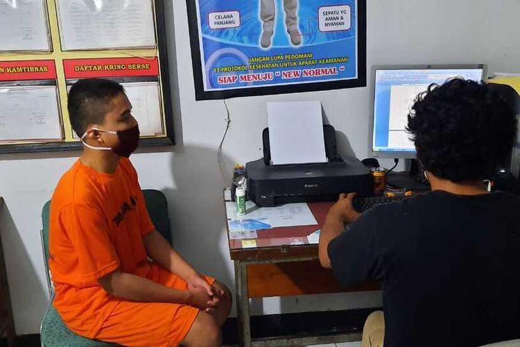 MGP (18) pelajar asal Kecamatan Kajoran, Kabupaten Magelang, sedang diperiksa petugas Polres Magelang atas dugaan kasus penganiayaan yang mengakibatkan luka berat, Rabu (23/12/2020).