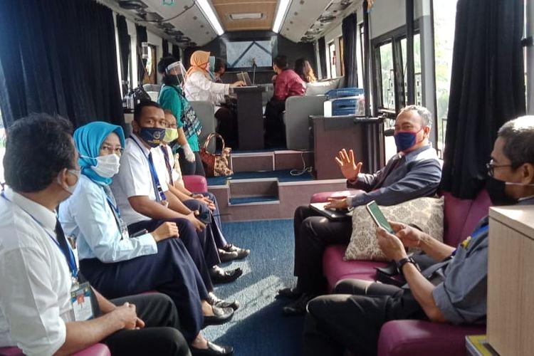 sejumlah peserta rapat di dalam bus gatotkaca