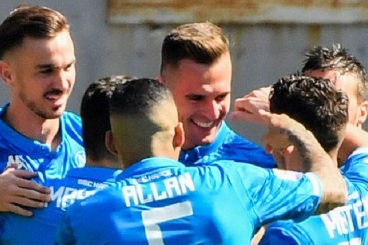 Penyerang Napoli, Arkadiusz Milik (tengah) merayakan gol dengan rekan-rekan setimnya pada pertandingan sepak bola Serie A antara AS Roma vs Napoli pada 31 Maret 2019 di Stadion Olimpico Roma.