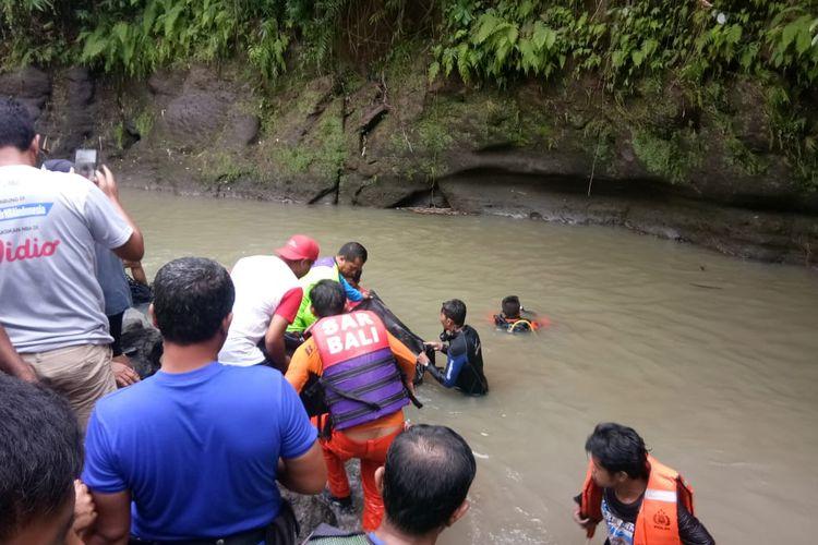 Tim SAR saat melakukan evakuasi korban tenggelam, Kamis (2/1/2020).