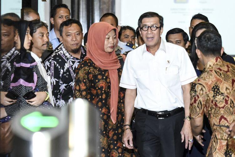 Menkumham Yasonna Laoly (kedua kanan) berjalan bersama Terpidana kasus pelanggaran Undang-Undang Informasi dan Transaksi Elektronik (ITE) Baiq Nuril (tengah) usai melakukan pertemuan bersama di Kemenkumham, Jakarta, Senin (8/7/2019). Dalam pertemuan tersebut Yasonna Laoly mengatakan pihaknya tetap menghormati keputusan Mahkamah Agung yang menolak peninjauan kembali yang dilayangkan Baiq Muril meski kini tengah menyusun pendapat hukum terkait wacana amnesti kepada Nuril. ANTARA FOTO/Muhammad Adimaja/ama.