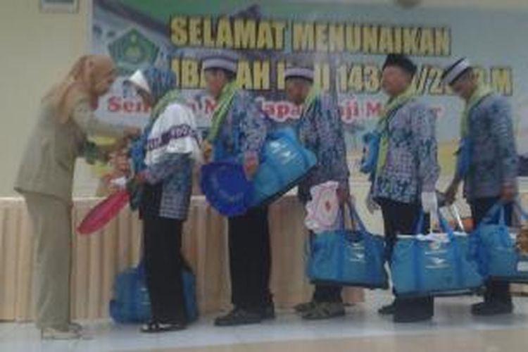 Sejumlah jemaah haji kloter I embarkasi Lombok menunggu giliran diberikan tanda pengenal oleh petugas di Asrama Haji Mataram, Selasa (10/9/2013). sebanyak 164  jemaah dari 325 anggota kloter I embarkasi Lombok tergolong beresiko karena faktor usia dan pennyakit penyerta.