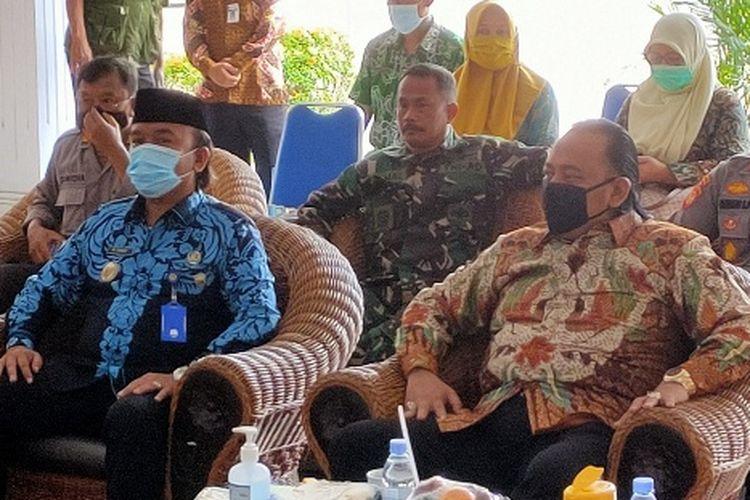 Wali Kota Tegal Dedy Yon dan wakilnya Muhamad Jumadi duduk bersebelahan saat menghadiri sebuah acara di Balai Kota Tegal, Jawa Tengah, Selasa (2/3/2021)