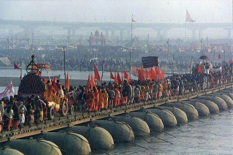 Prosesi dalam festival keagamaan Kumbh Mela di sungai Gangga yang melintasi kota Allahabad, Uttar Pradesh, India.
