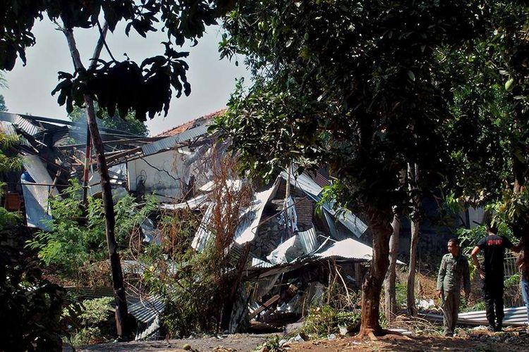 Dua anggota Brimob Polda Jateng berada di dekat reruntuhan gudang tempat penyimpanan bahan peledak dan bom temuan dari masyarakat, setelah terjadinya ledakan di gudang tersebut, di kompleks Markas Brimob Polda Jateng, di Semarang, Jawa Tengah, Sabtu (14/9/2019). Penyebab terjadinya ledakan yang juga mengakibatkan kerusakan pada sejumlah rumah warga itu masih dalam penyelidikan polisi.