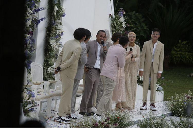 Sule dan Nathalie Holscher bersama keempat anak Sule dalam momen pernikahan di Tsamara Resto, Jatisampurna, Bekasi, Minggu (15/11/2020).