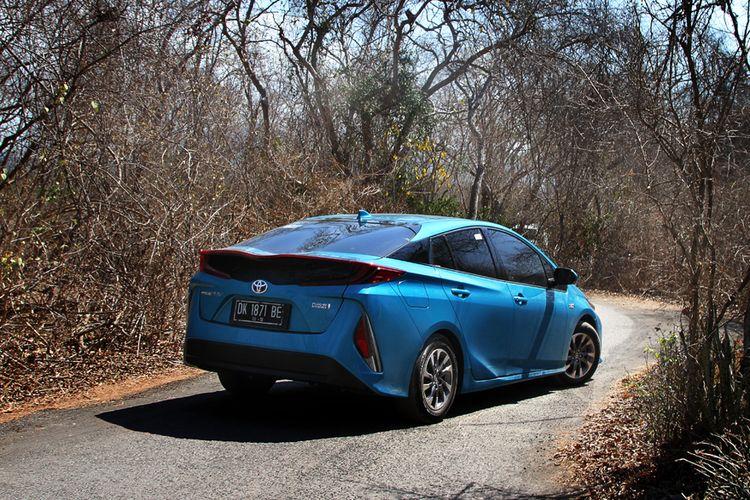 Mobil paling irit tentu saja Prius Prime PHEV, karena teknologinya yang lebih canggih sehingga bisa tembus 50 kpl.