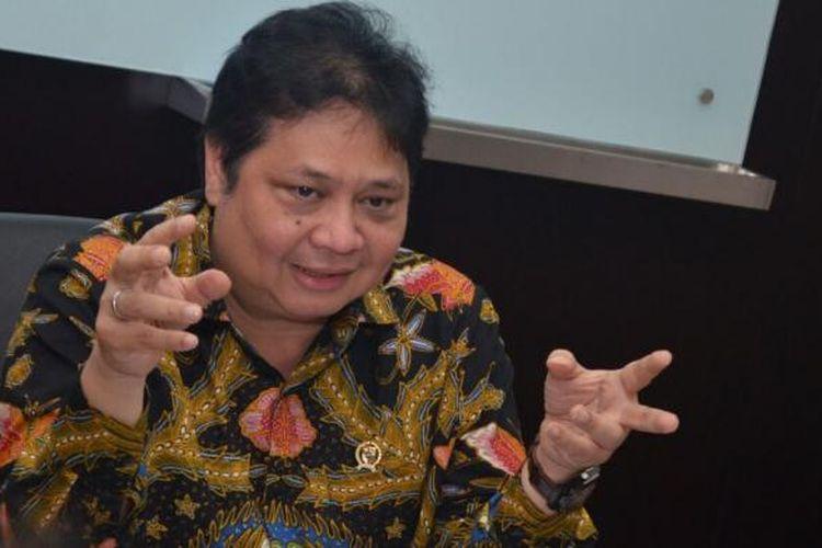 Menteri Perindustrian (Menperin) Airlangga Hartarto saat berbincang dengan awak media terkait perkembangan industri nasional di Ruang Kerjanya, Gedung Kemenperin, Jakarta, Kamis (8/2/2017).