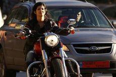 Kesalahan Dasar saat Wanita Baru Bisa Naik Motor, Sein Kanan Belok ke Kiri