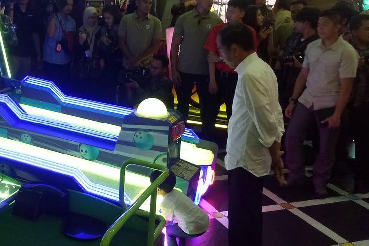 Presiden Jokowi bersama Jan Ethes bermain di area permainan anak Happy Time Solo Paragon Mal di Solo, Jawa Tengah, Rabu (3/4/2019).