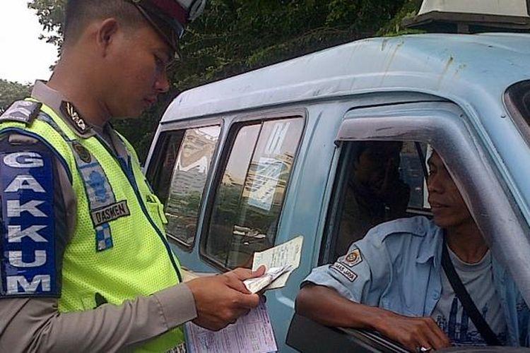 Direktorat Lalu Lintas Polda Metro Jaya menggelar razia penertiban kendaraan umum di Jalan Senen Raya, Jakarta Pusat, Senin (10/2/2014). Puluhan angkutan umum tidak layak beroperasi terjaring dalam razia itu.