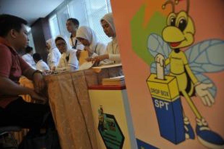 Wajib pajak mengisi surat pemberitahuan tahunan di Kantor Pusat Direktorat Jenderal Pajak, Jakarta.