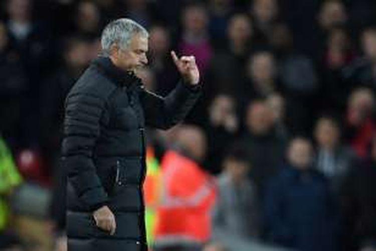 Reaksi pelatih Manchester United, Jose Mourinho, saat melawan Liverpool di Anfield, Senin (17/10/2016).