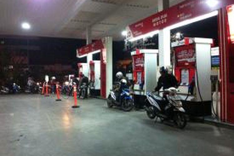 Antrean pengendara motor mengisi bahan bakar di SPBU Rasuna Said, Jakarta Selatan, Senin (17/11/2014). Presiden Joko Widodo mengumumkan kenaikan harga bahan bakar premium dari Rp 6.500 menjadi Rp 8.500 dan solar dari Rp 5.500 menjadi Rp 7.500 terhitung mulai Selasa (18/11/2014) pukul 00.00.
