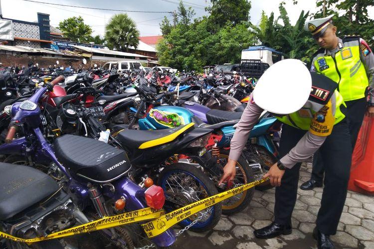 Ratusan sepeda motor yang diamankan oleh Satlantas Polres Jember, 117 diantaranya menggunakan knalpot brong
